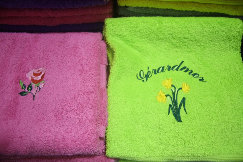 serviettes éponges avec jonquilles de Gérardmer brodées